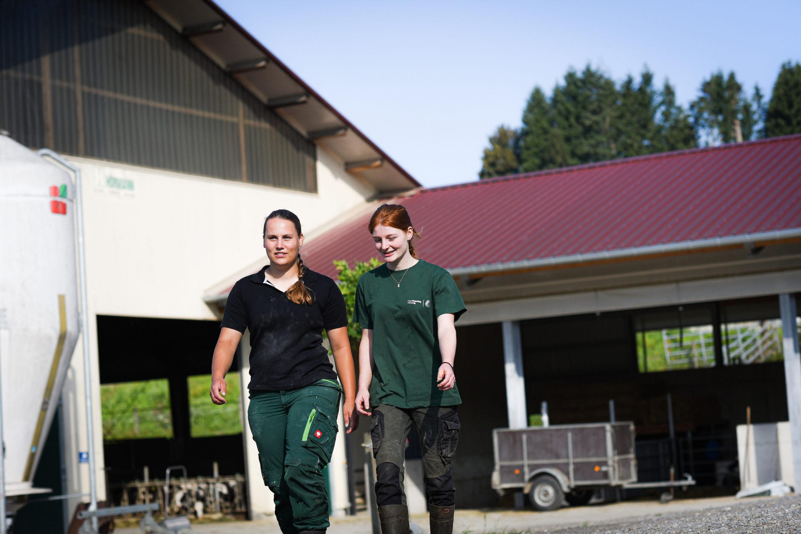 zwei betriebshelferinnen auf einem bauernhof